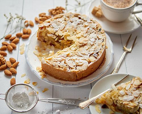 Kaka med äpplen; mandel; kardemumma och honung